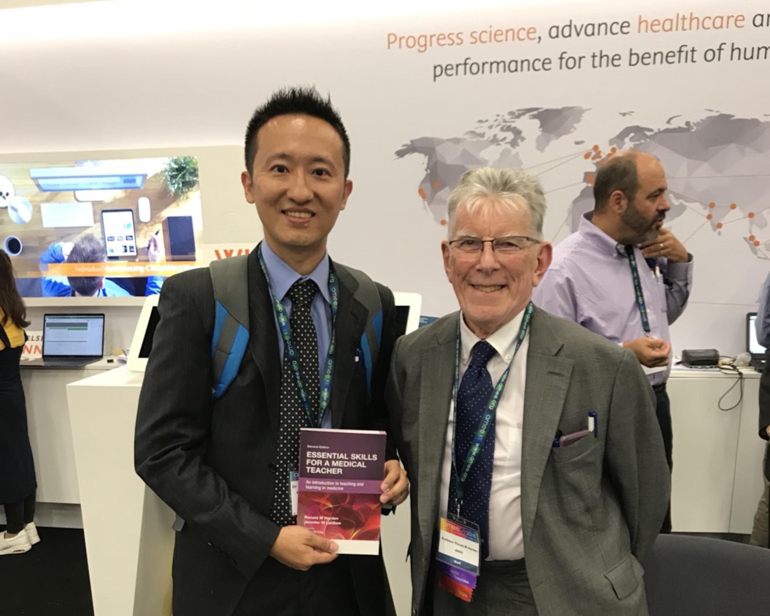 趙從賢副教授(圖左)投身醫學教育研究且具有重大貢獻,獲110年度吳大猷先生紀念獎肯定。